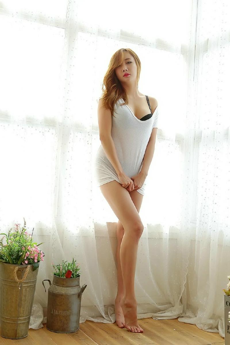 147美女大胆私密艺术_性感卷发美女大胆裸肩美腿人体私密诱惑写真