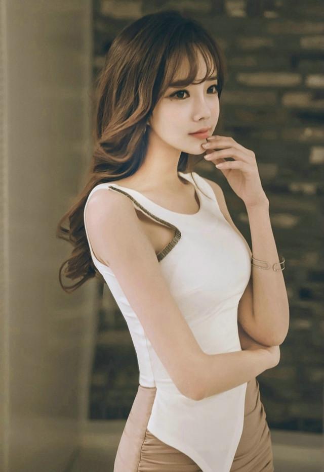 最新极品美女囹�a_极品美女模特包臀裙肤白貌美性感长腿撩人图