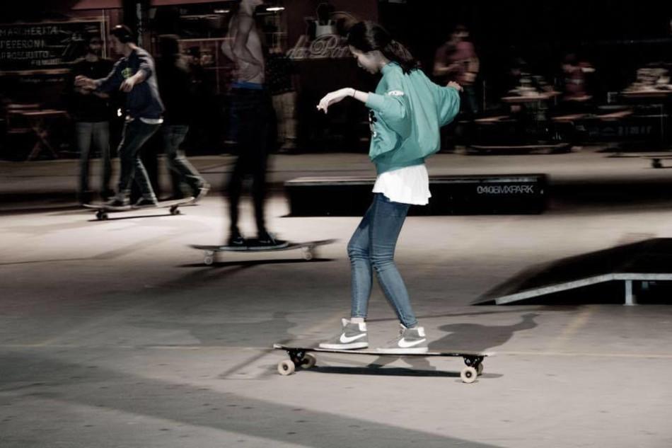 韩国滑板女神清纯可人 动作曼妙颜值高