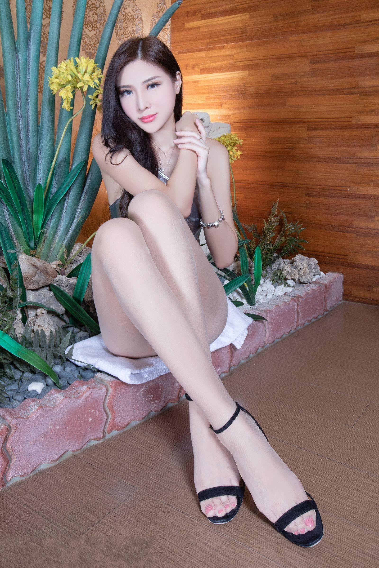 _逆天大长腿美女腿模银色连体衣性感写真图片