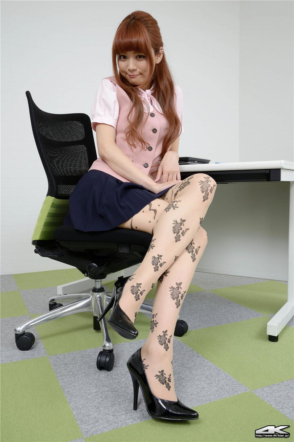 操丝袜白领_办公室日本白领美女花纹丝袜美腿写真图片