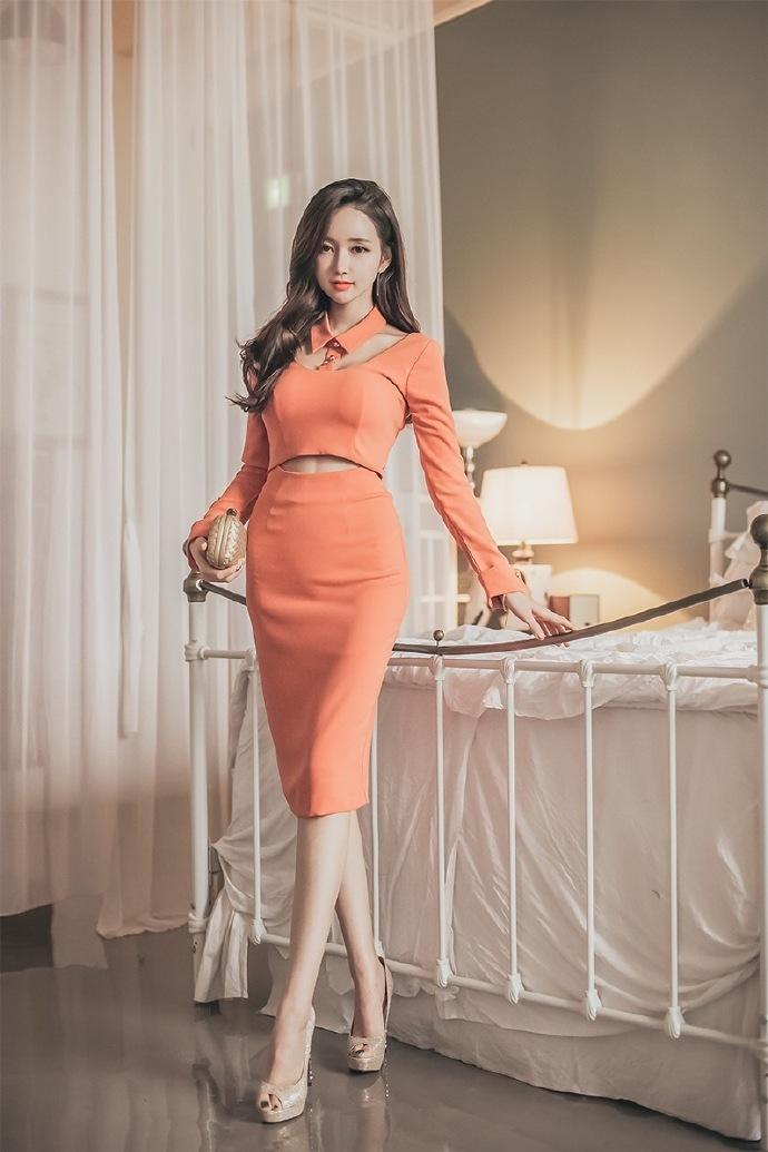 现代香艳小�_香艳橘色连衣裙美女李妍静小露蛮腰香肩性感