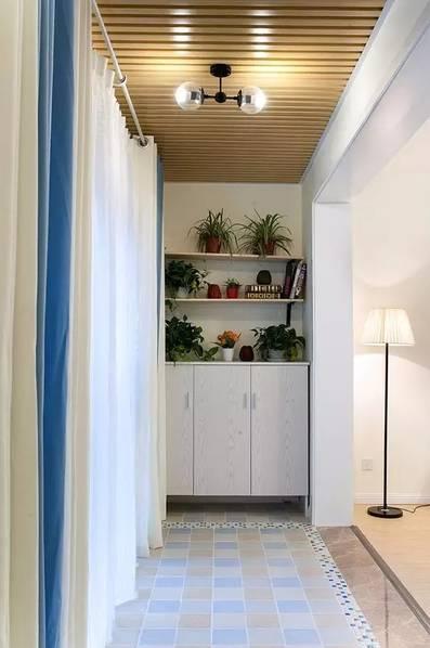 阳台采用了木质吊顶,并在一侧设计了收纳柜,柜子上弄几块搁板,摆上