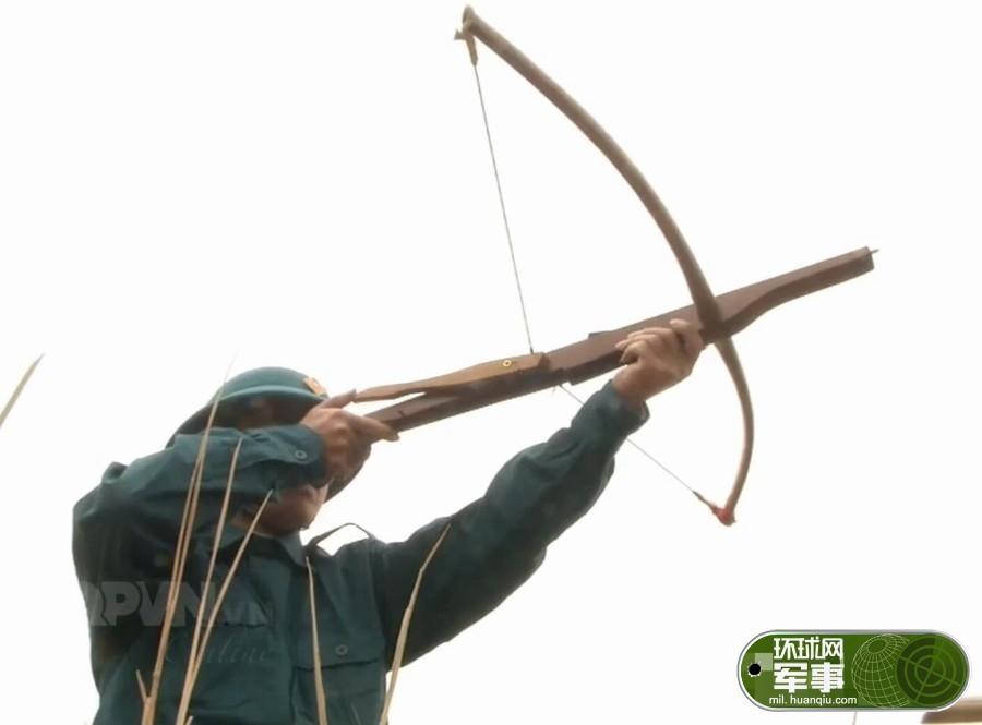 组图:越南士兵训练使用简易弓弩