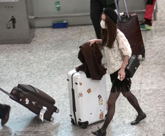 姚笛亮相机场,着短裙黑丝秀美腿,素颜的她魅力十足十分可爱