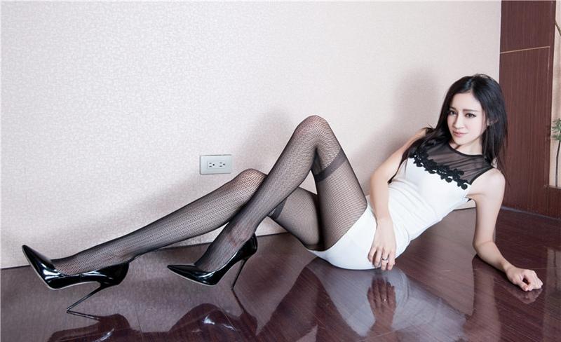 亚洲美女美脚图_亚洲美女腿模avril性感丝袜美腿诱惑写真图