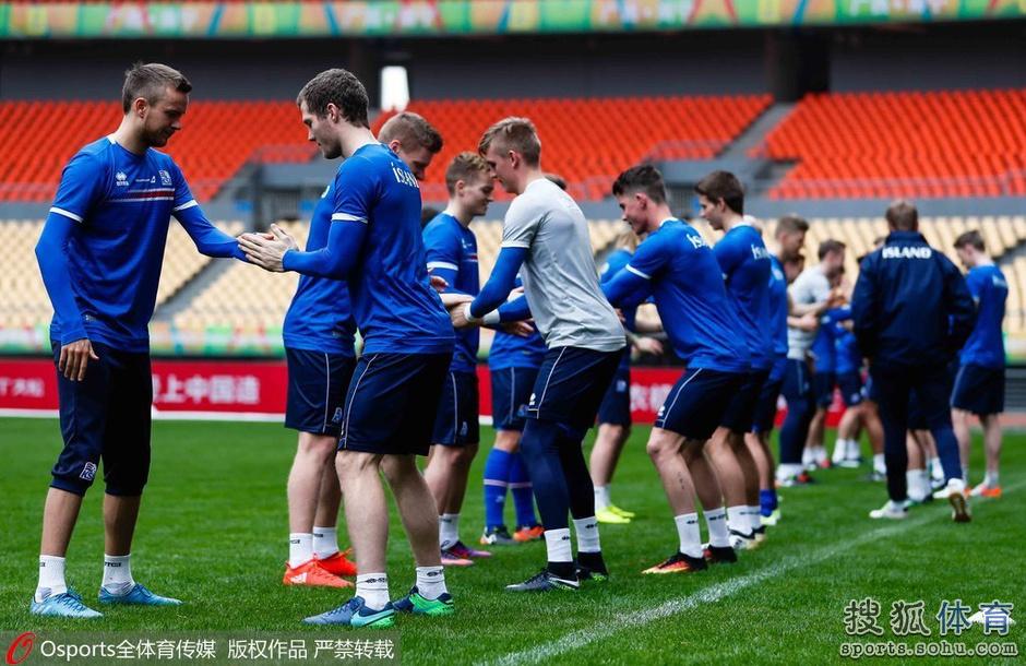 冰岛男足抵华备战中国杯 队员手臂纹身抢眼(图)