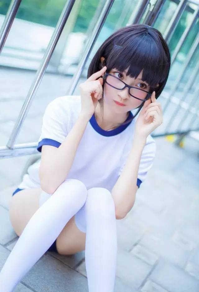 女孩白袜吧_00后萌萌哒短发女孩 白袜甜美俏皮