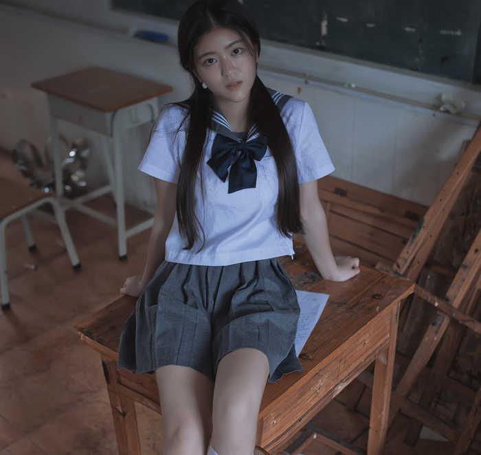 身穿校服的清纯校花,你有这样的美女同桌吗?
