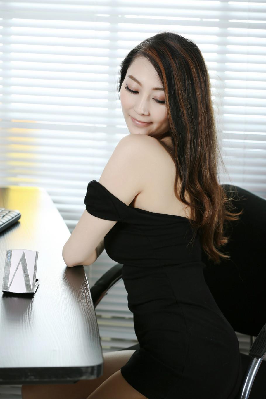 性感美女妈妈网新闻_性感美女秘书黑色超短裙办公室美腿巨乳诱惑_图片新闻
