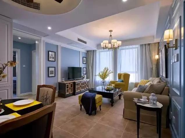客厅整个地面铺设的都是仿古砖,墙面的颜色是浅蓝色,辅以白色的线条