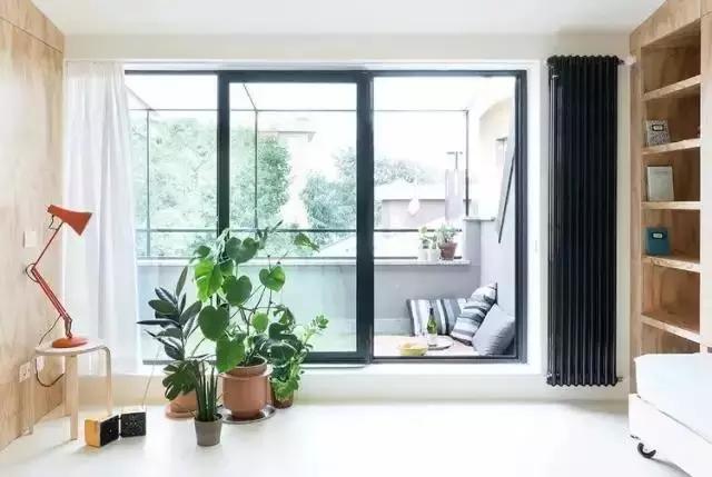 落地窗外有一个小阳台,透过阳台可以眺望室外美丽的风景,也是为