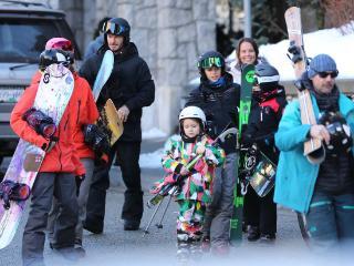 小贝一家外出小七自抱滑雪板一脸认真