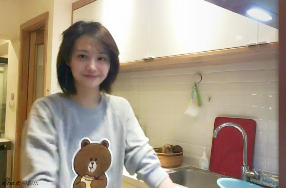 郑爽曾在厨房里做直播,素颜出镜