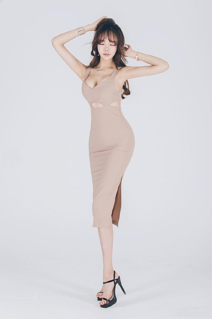 大胸美女裸色连衣裙大胆人体艺术写真