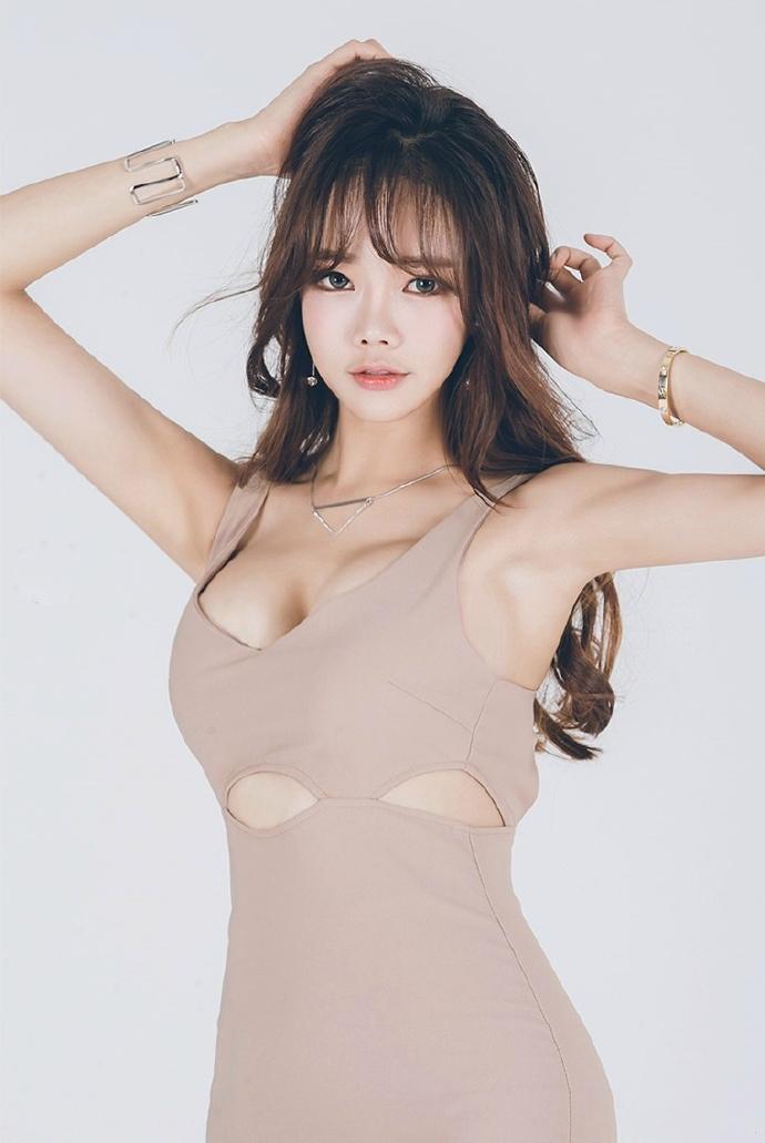 大胸美女��.�9f_大胸美女裸色连衣裙大胆人体艺术写真