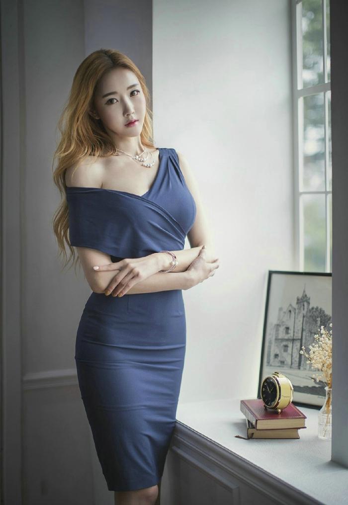 窗台金发美女深v蓝裙丰满圆润性感写真