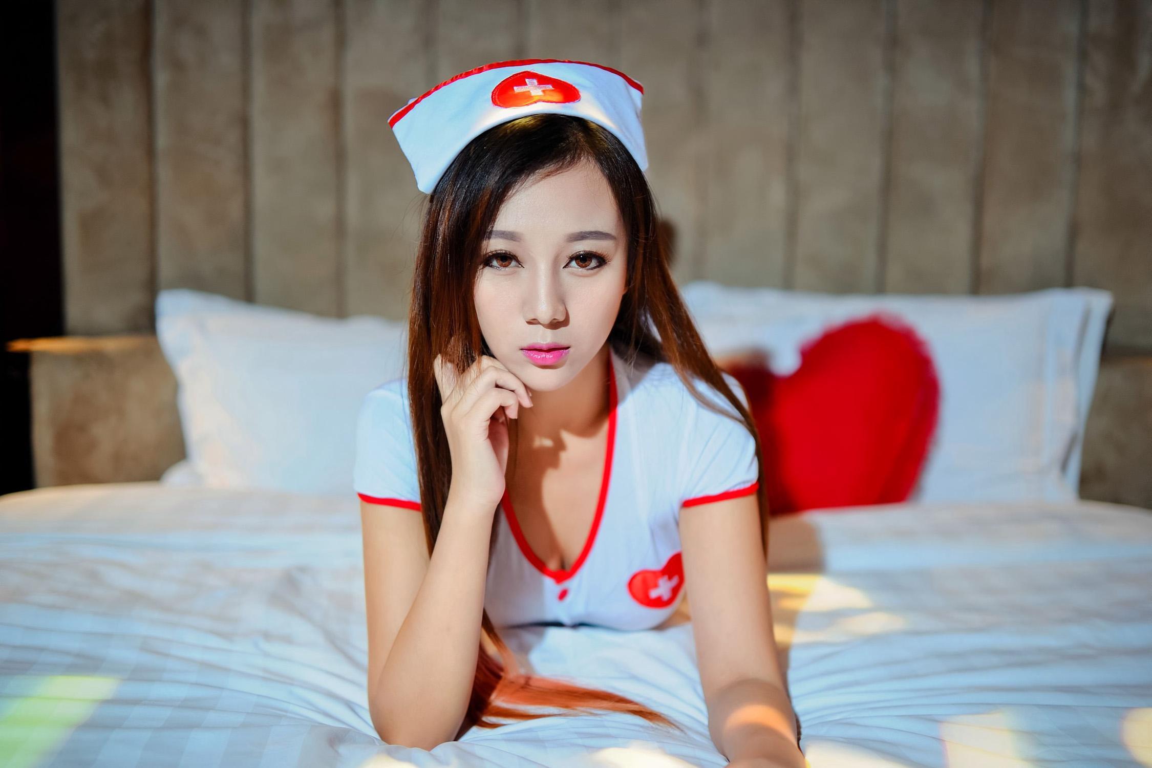 骚护士裸体照_性感激情美女护士香艳床照大胆诱惑图片