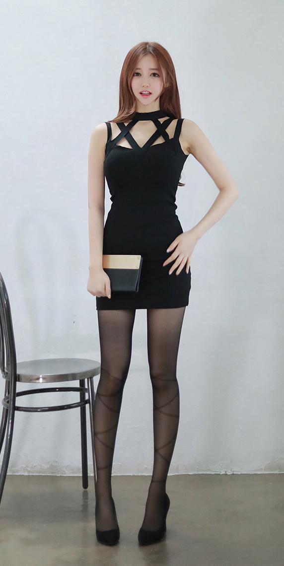 气质大胸美女诱惑黑丝绑带撩人艺术写真