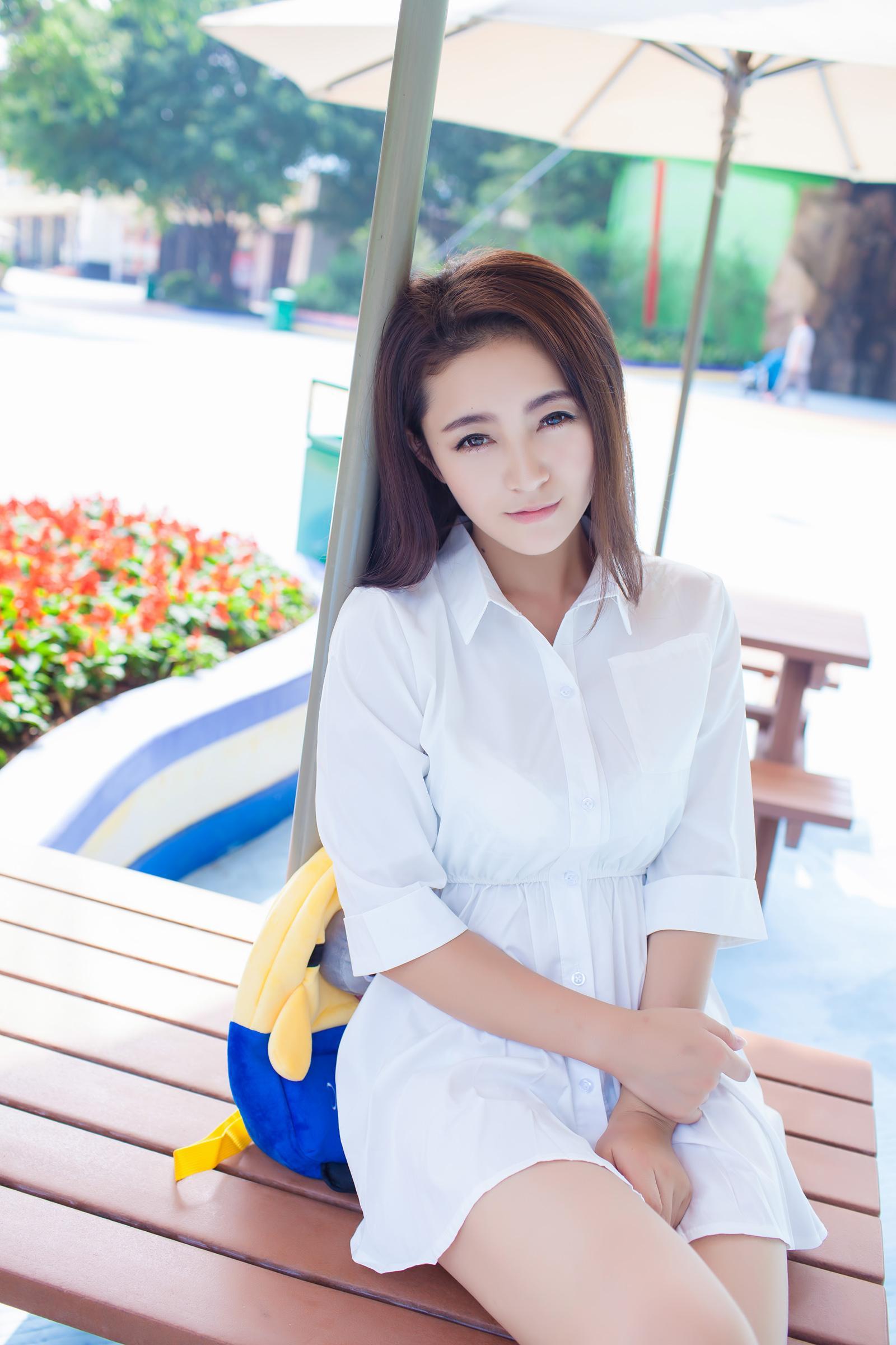 白衬衣美女模特夏茉gigi大胆旅拍美腿写真