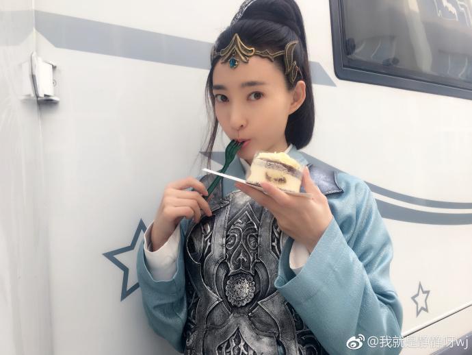 王丽坤偷吃蛋糕被抓现行