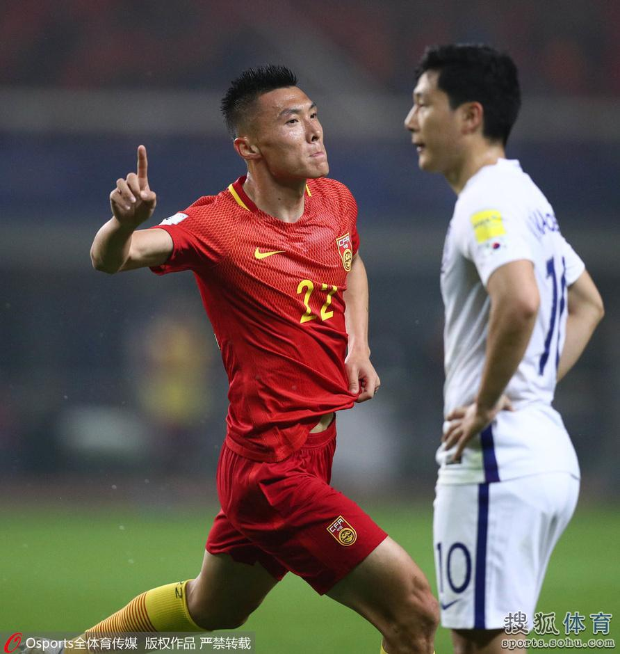 高清:世预赛国足主场激战韩国 于大宝奋力争顶
