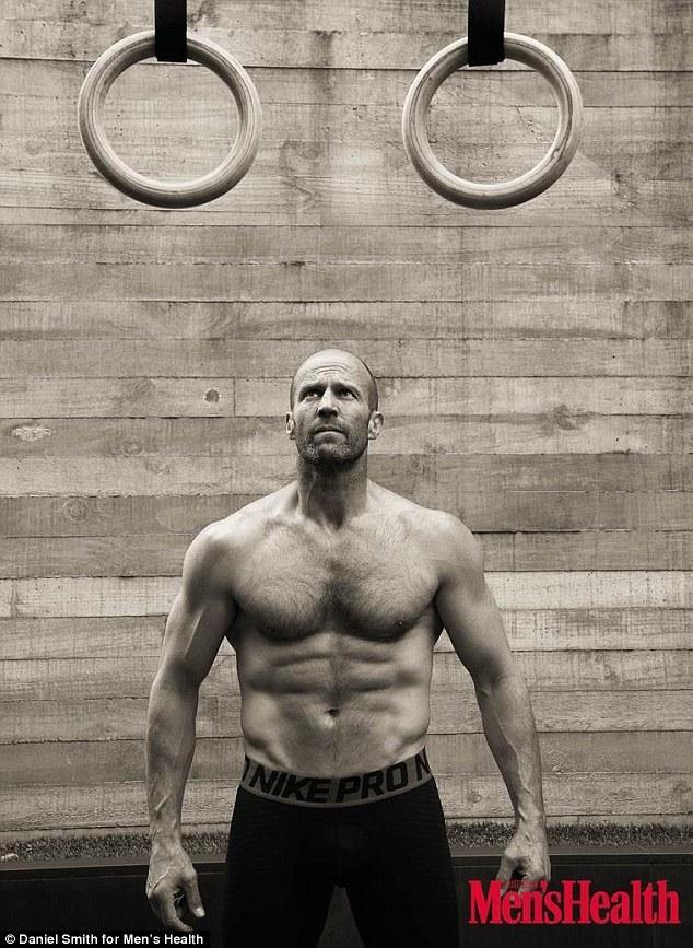 高清:49岁杰森-斯坦森秀肌肉 曾是跳水运动员