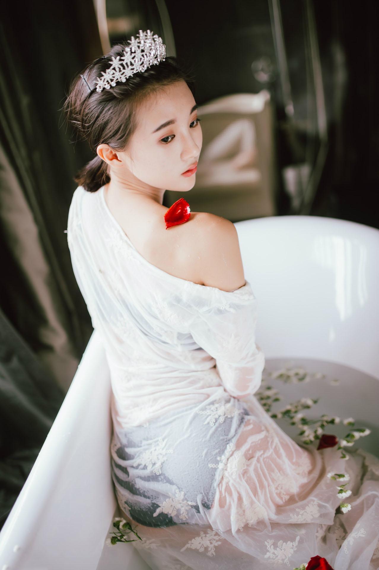 蕾丝透视装美女浴室湿身诱惑性感图片