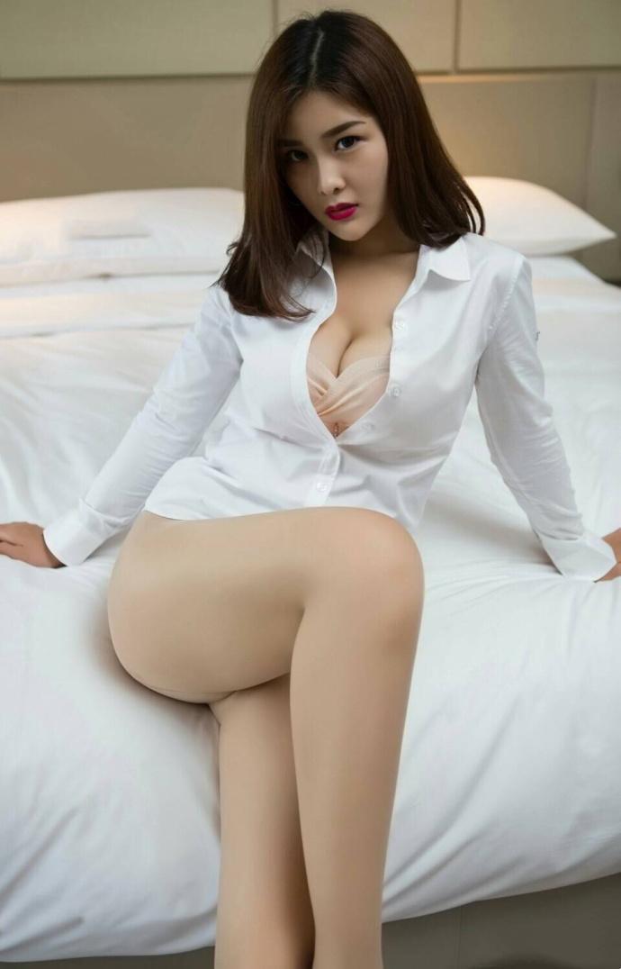 情趣美女酥胸爆乳前凸后翘酒店床照图片
