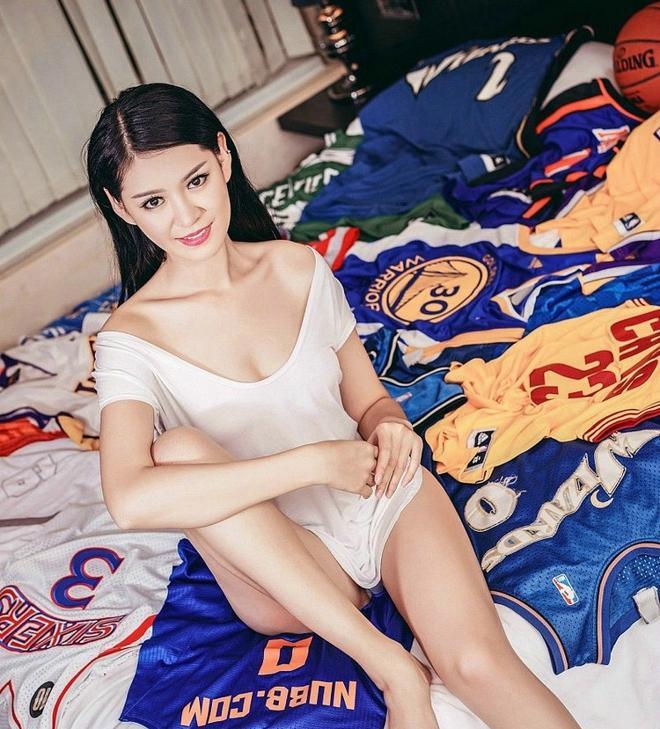 大奶60p_性感大胸篮球宝贝李函禹爆乳大奶居家床上诱