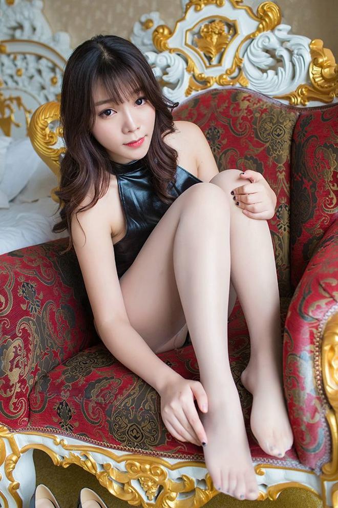 丝袜熟女爆光_性感熟女芝芝丝袜美腿诱人写真