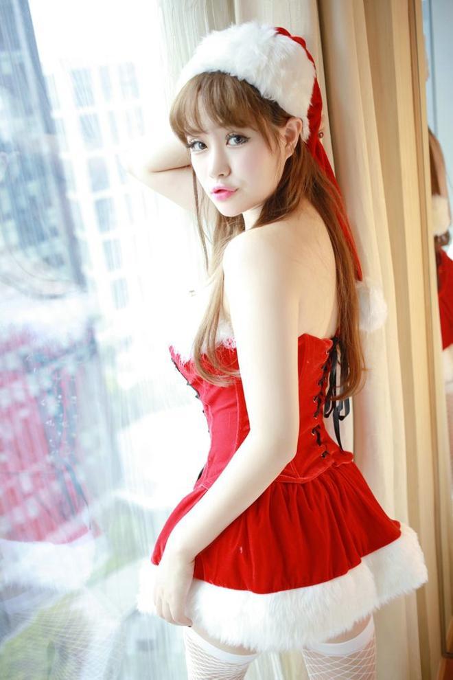 性感嫩模圣诞装白丝爆乳迷人写真