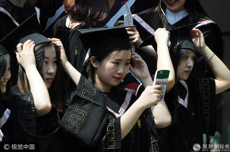 北影2013级毕业生拍毕业合影美女高个摆搞怪帅哥中国美女图片