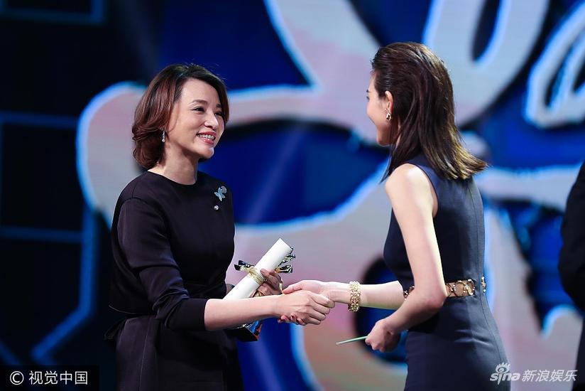 组图:《朗读者》获最佳季播电视节目 董卿领奖长裙优雅