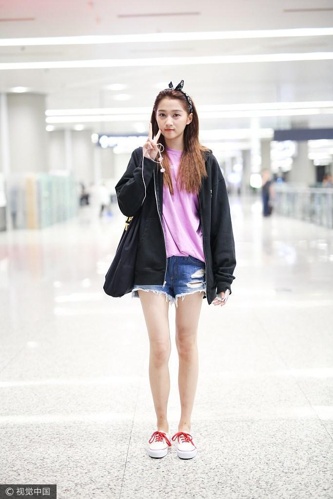 关晓彤现身机场 绑发带比v俏皮可爱
