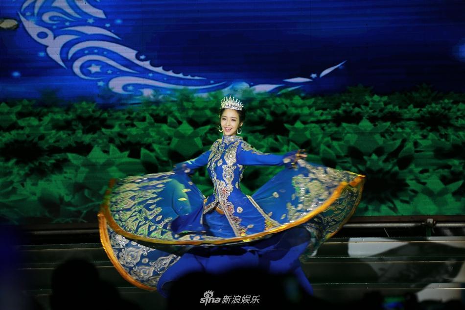 组图:佟丽娅新疆裙摆舞动三沙 传递社会正能量
