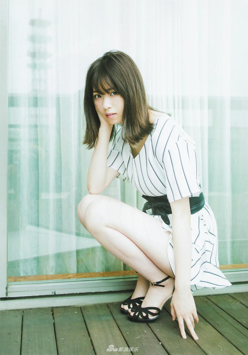 组图:日女星西野七濑大片曝光 黑白条纹裙尽显ol气质