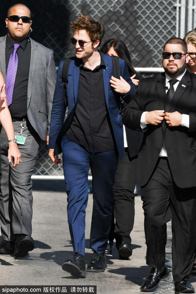 """""""暮光男""""罗伯特·帕丁森穿蓝色休闲西装现身还是那么痞"""