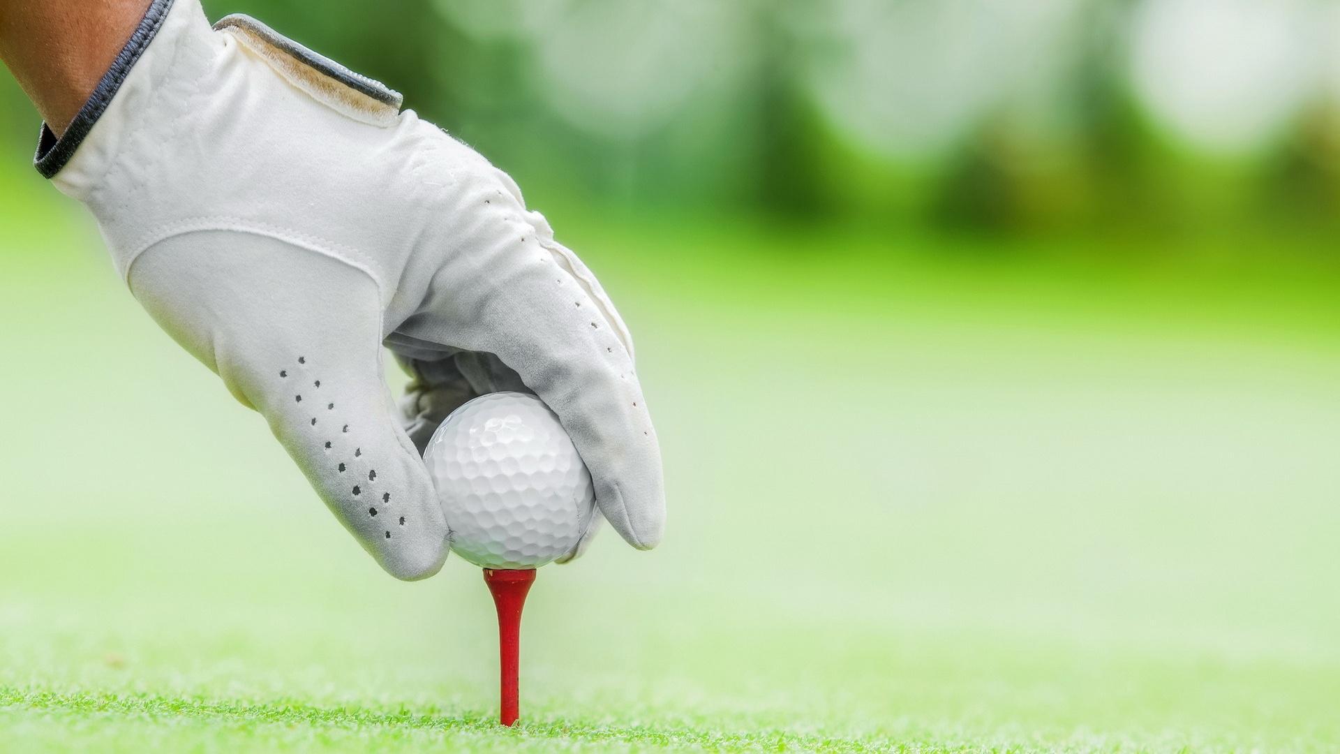 打高尔夫球运动图片