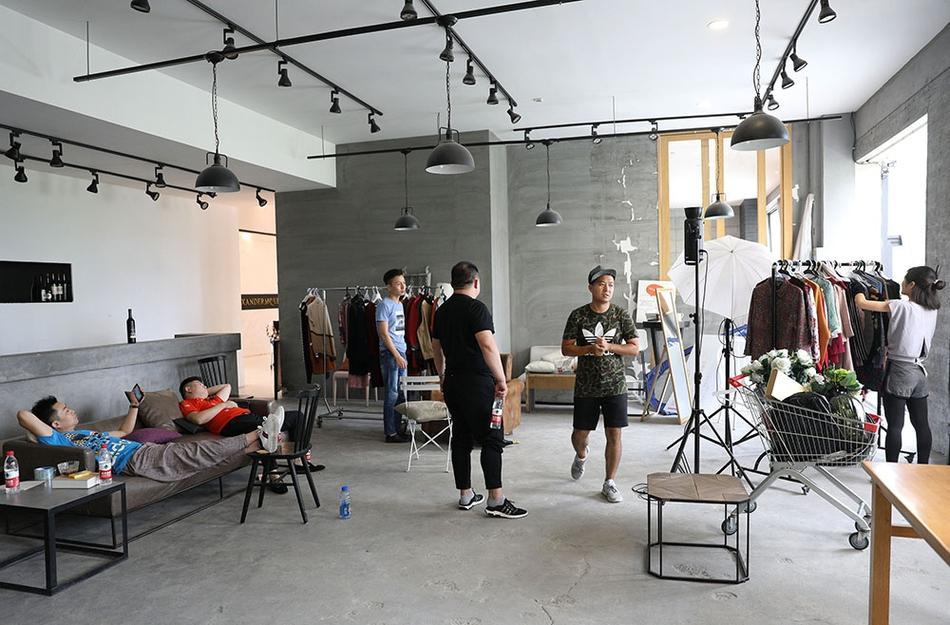 淘宝模特15秒换30个姿势,一天拍摄480套服装