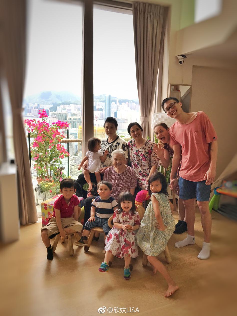 组图:陈浩民老婆晒全家合影自比幼儿园 气氛温馨让人羡慕