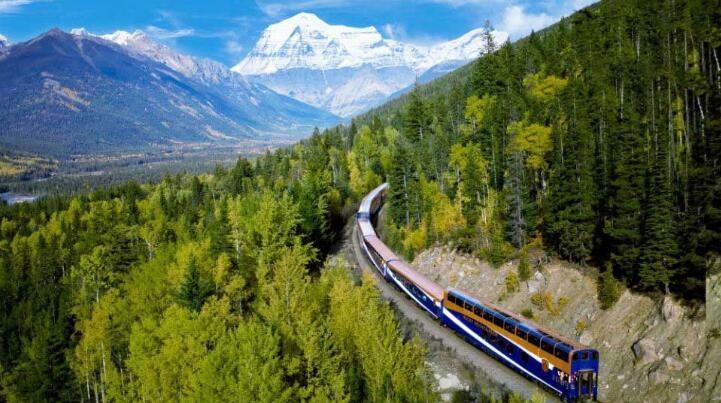据西班牙《国家报》8月7日报道,从瑞士到西班牙,从美国到厄瓜多尔,世界上有很多条火车线路让乘客在漫漫旅途中有美景做伴,丝毫感受不到乏味与无聊。   这条全长12公里的火车线路位于安第斯山深处,距离厄瓜多尔首都基多近200多公里。火车头拖曳着3节车厢沿着曲折的铁路盘桓而上。在海拔2000米的安第斯山脉,乘客可以欣赏沿路壮美的景色,车窗外就是陡峭的悬崖。可以想见,当初在山间修建这样一条铁路简直就是不可能完成的任务,因此车票售价32美元可谓物超所值。