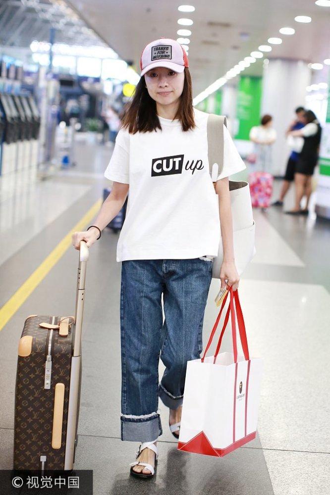 36岁董洁现身机场 素颜清纯似少女