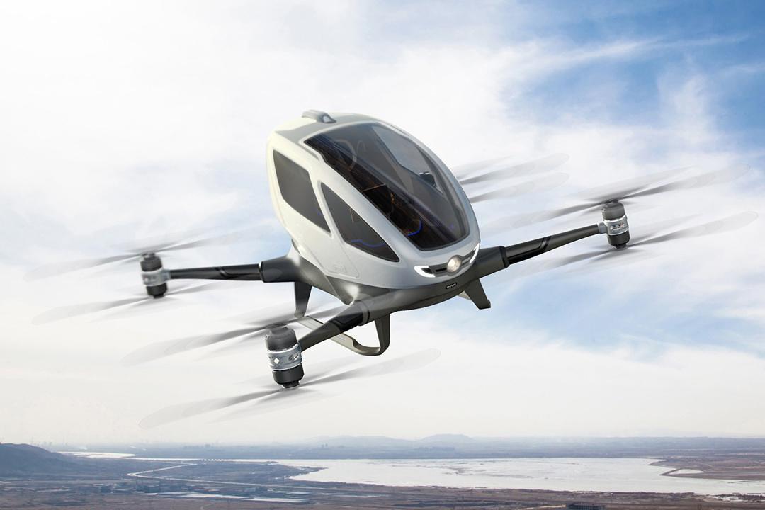 中国的无人机公司ehang研发的这款空中汽车可以携重220磅,巡航速度为