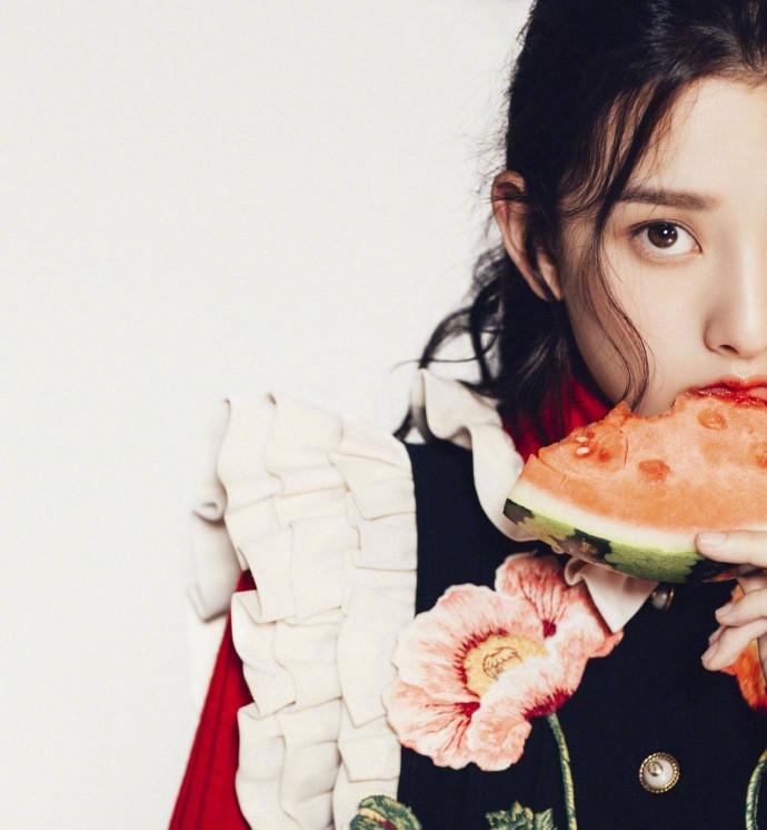 宋祖儿最新杂志写真图片:可爱飘逸