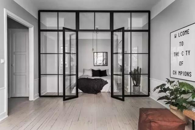 卧室大胆使用了玻璃墙作为隔断,通透又相对独立,搭配黑色木框,设计感图片