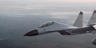 海军新型战机在南海上空夜航单飞