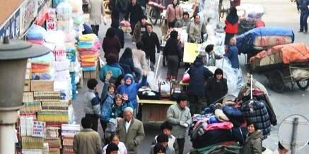 85年的汉城看起来有点乱 到处是摆摊的