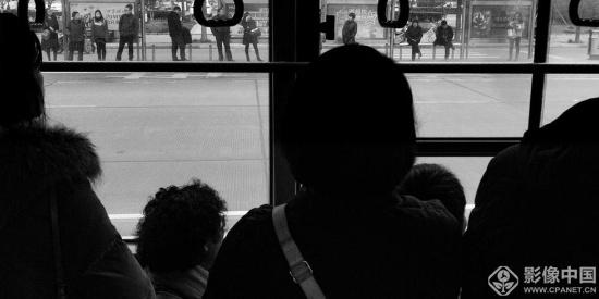 老百姓在公交车
