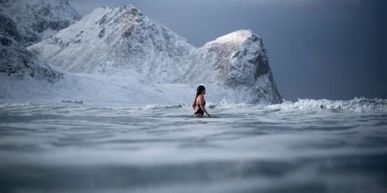 向挑战极限者致敬!冬泳之后还有冰泳,北极圈内游泳是啥感觉